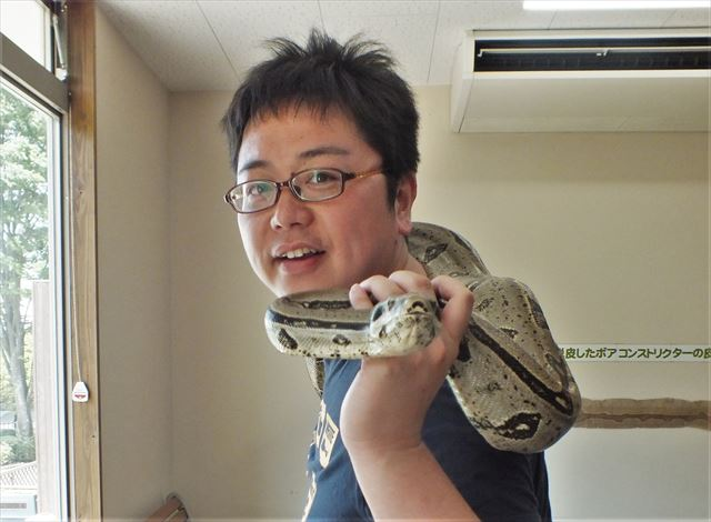 阿蘇 カドリードミニオン 蛇を首に巻いた