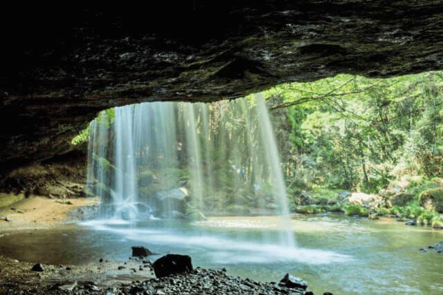 鍋ケ滝の裏側