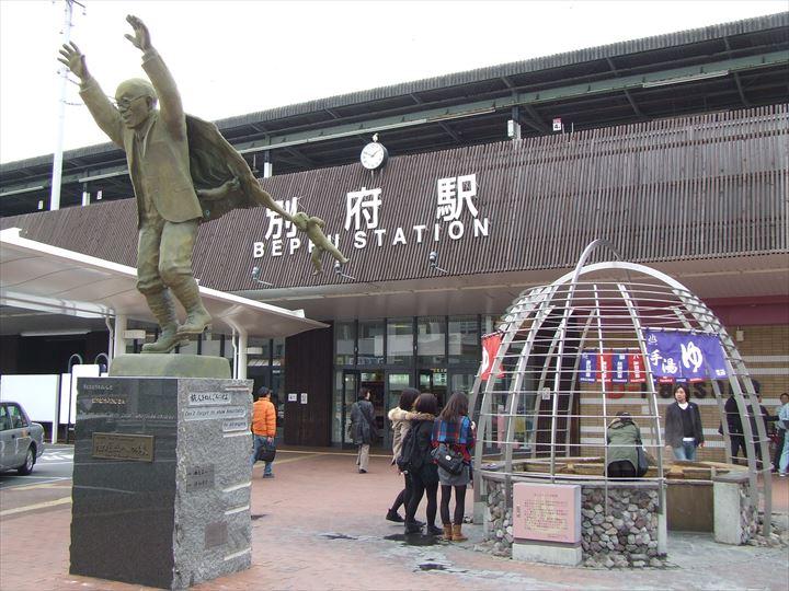 別府駅前 油屋熊八像