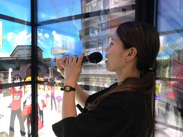 変なホテル VRカラオケで熱唱する女性