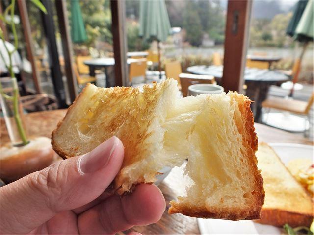 湯布院 金鱗湖 カフェ 朝食 Cafe La Ruche デニッシュトーストをちぎったところ