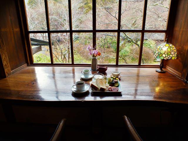 金鱗湖 カフェ 天井棧敷 朝食 窓辺の席